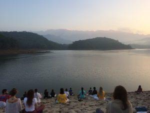 mika-on-ashram-neyyar-dam-meditaatio-maisema