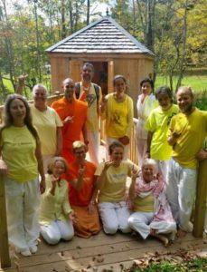 mika-on-ashram-sadhana-intensive-ryhma-joogeja