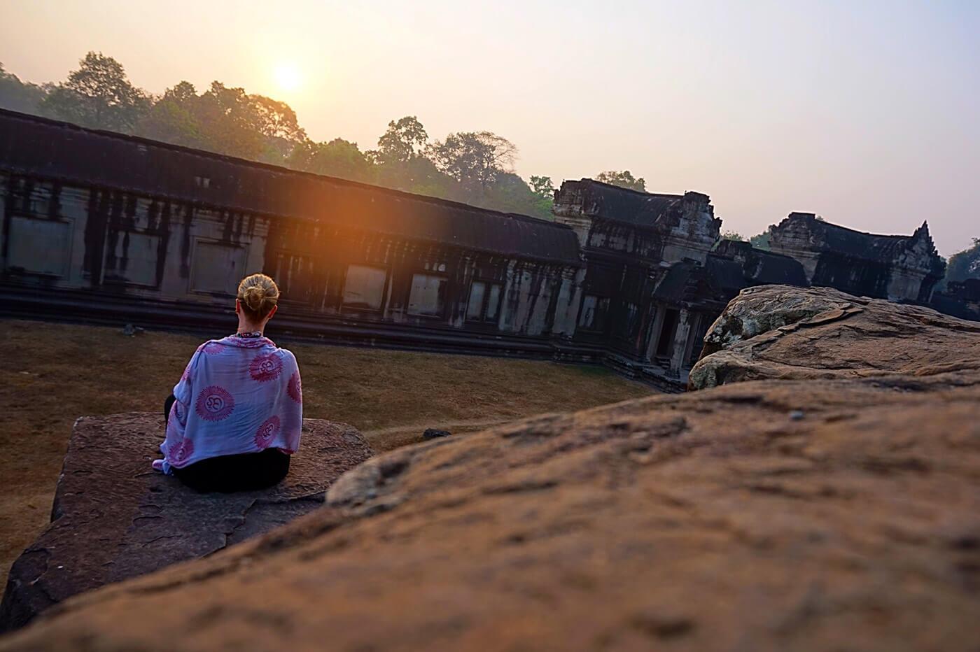 manaste-nainen-meditoi-auringonnousussa