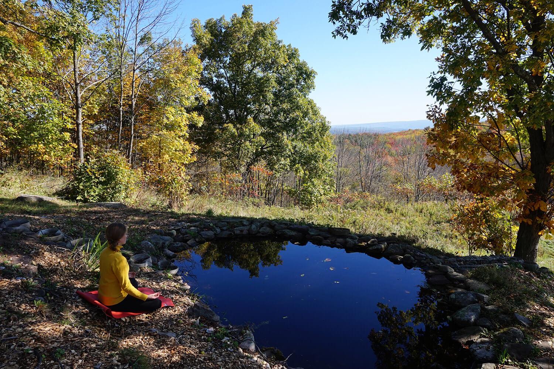 rentoutuminen-meditaatio-lammen-rannalla