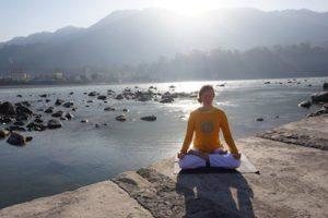 mita-meditaatio-on-padmasana-lotus-joen-varrella-rishikeshissa